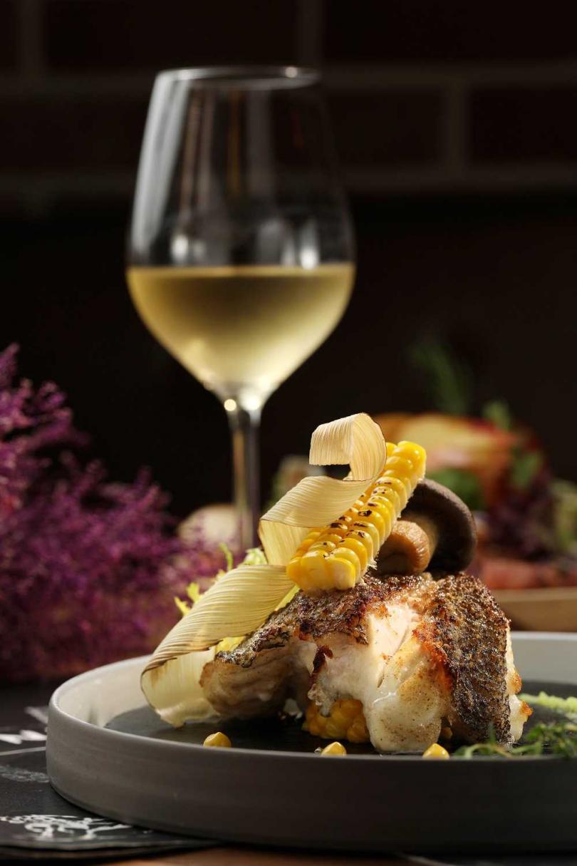 「長崎野石班魚爐烤佐黃檸檬碗豆醬」魚肉鮮甜細緻,與清爽帶有花果香氣的白酒非常相襯(680元) 。(圖/于魯光攝)
