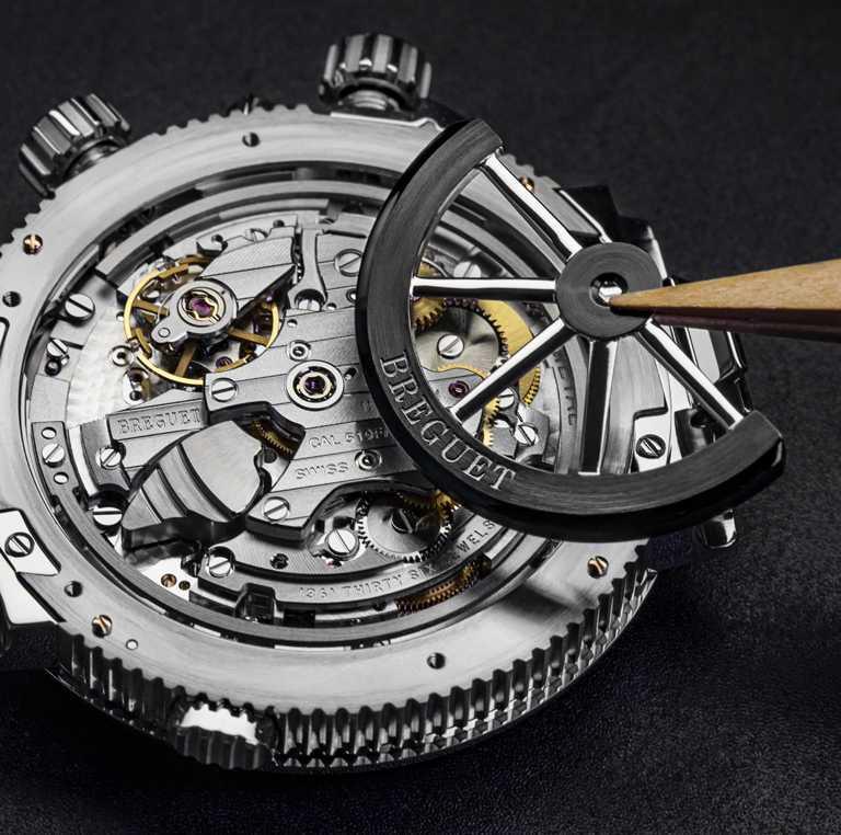 BREGUET「Marine Alarme Musicale 5547」航海系列兩地時間鬧鈴腕錶,機芯橋板的手工機刻雕花細節。(圖╱BREGUET提供)