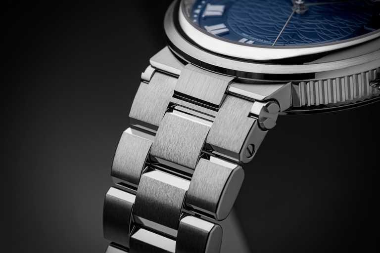 BREGUET「Marine 5517航海系列」大三針日期腕錶╱白金款,40mm╱1,582,000元。(圖╱BREGUET提供)