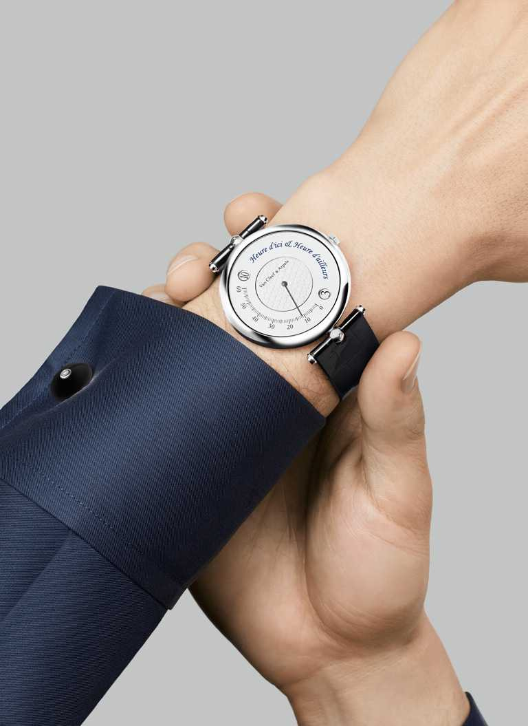 Van Cleef & Arpels「Pierre Arpels系列」Heure d'Ici & Heure d'Ailleurs雙時區腕錶╱白K金錶殼,黑色鱷魚皮錶帶,42mm╱770,000元。(圖╱Van Cleef & Arpels提供)