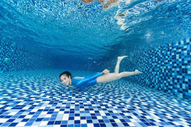 金鐘獎影后温貞菱首度挑戰水中攝影,以曼妙泳姿詮釋MIDO「Ocean Star GMT海洋之星系列」兩地時區腕錶的力與美。(圖╱MIDO提供)