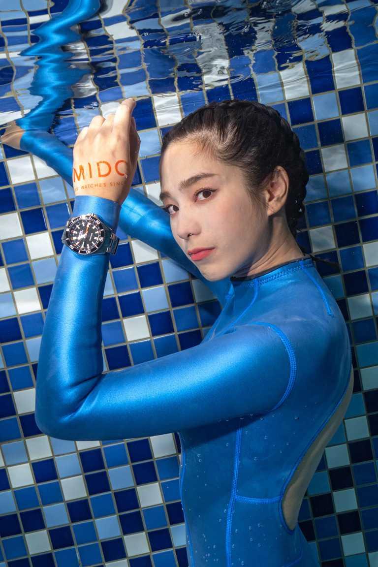 温貞菱與知名水下攝影師毛弟首次合作,克服在含氯泳池水中睜眼的高難度,全程僅花十分鐘,便精巧捕捉優雅畫面,充分展現潛水錶的優異功能。(圖╱MIDO提供)