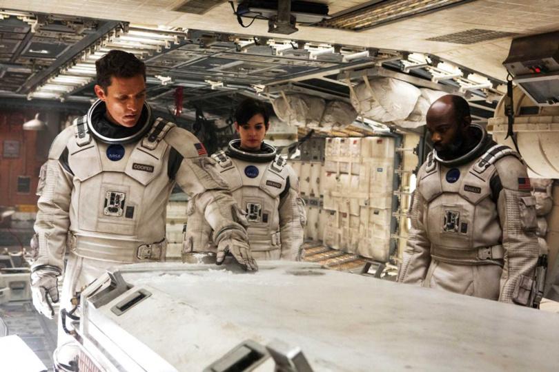 《星際效應》講述一組太空人通過穿越蟲洞,為人類尋找新居住地的冒險故事。左起馬修麥康納、安海瑟薇、大衛歐洛沃(圖/華納兄弟提供)