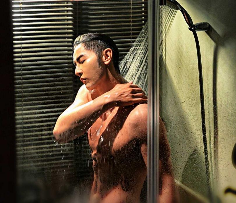 汪東城拍攝時放得很開,浴巾差點掉下來。(圖/八大)