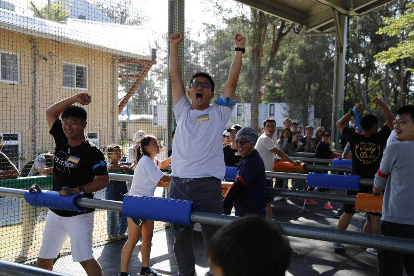 「人體手足球爭霸賽」將遊樂場的手足球遊戲檯,變成真人上場的人體手足球!