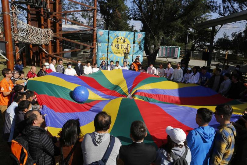 「暖心陽光友愛共遊」邀請企業上班族及社福單位共計百人進行二天的互助共遊。