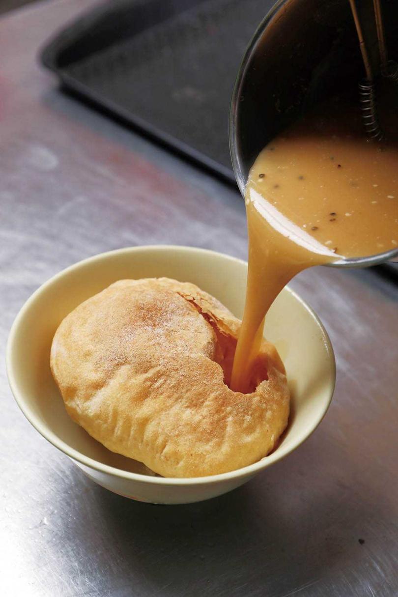 麵茶一倒入碗中,甜香四溢。(圖/于魯光攝)
