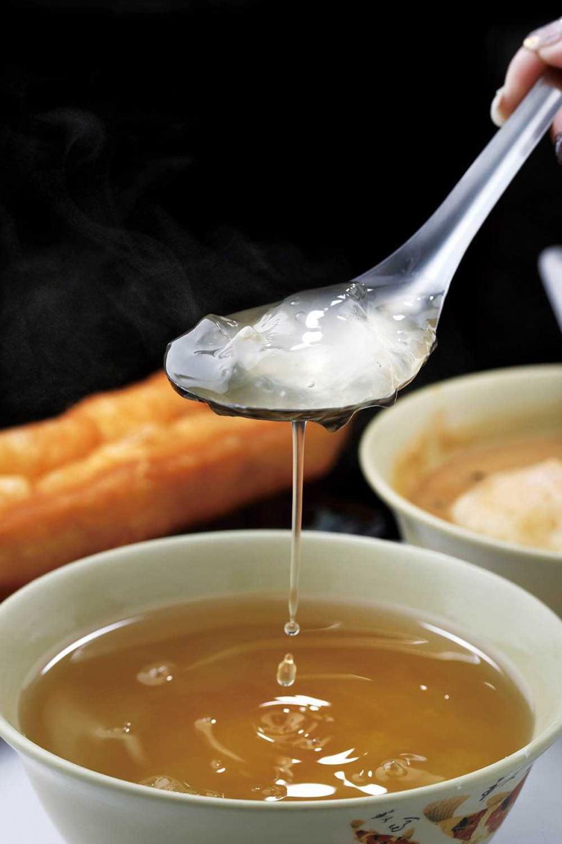 以滾燙熱水沖煮分切的「阿賢a太白粉」,是令人懷念的復古糖水。(35元)(圖/于魯光攝)