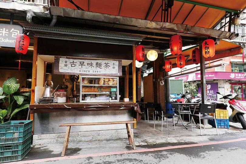 老闆延續祖父母手藝開「阿賢古早味麵茶」,半開放式攤位僅約10人座位。(圖/于魯光攝)