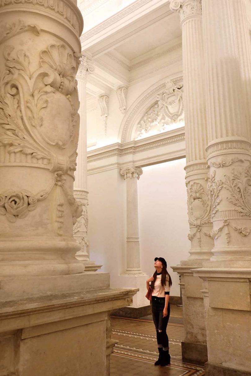 由東側門入內,柱子上精緻的雕花設計令人驚嘆。(圖/于魯光攝)