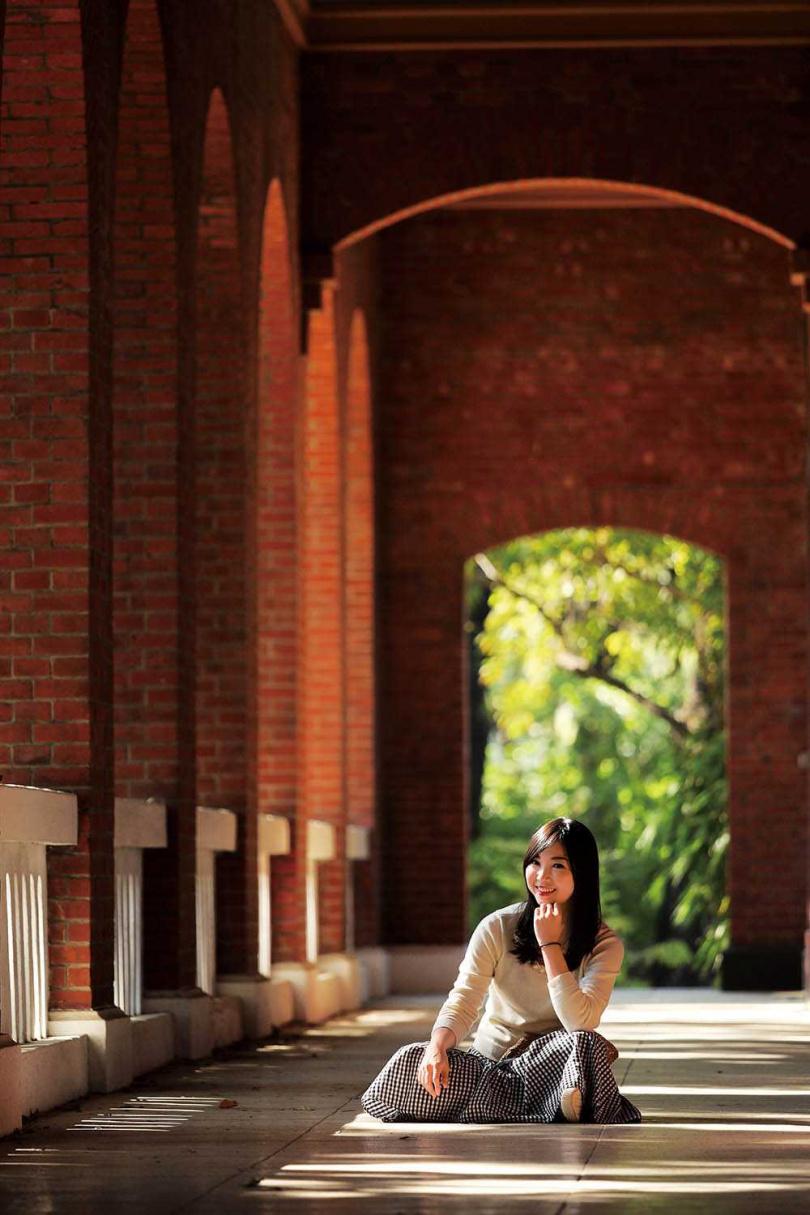紅磚拱廊與綠蔭相映,別具視覺美感。(圖/于魯光攝)