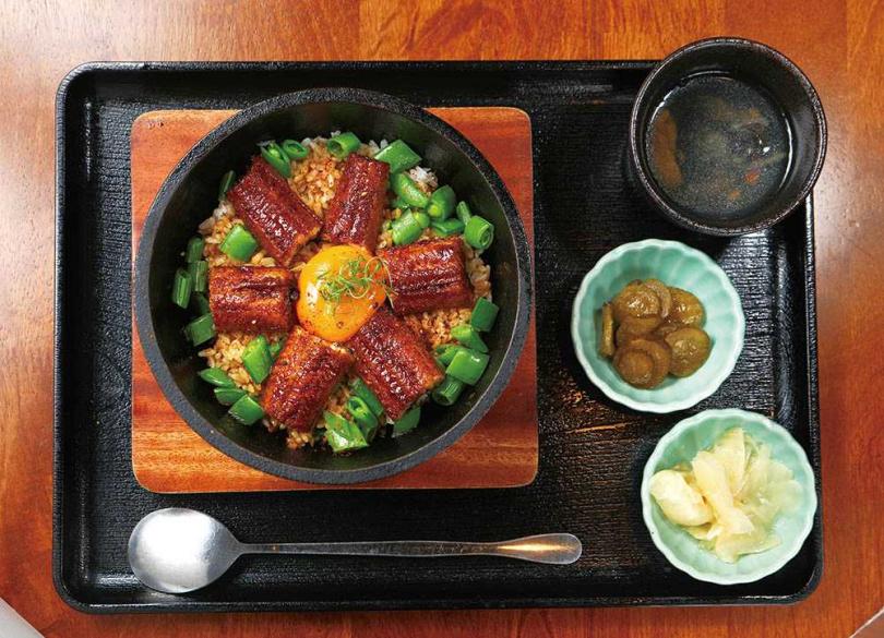 「炙鐵醬燒鰻拌飯」將鰻魚飯結合韓式鐵鍋拌飯,香氣逼人。(420元)(圖/于魯光攝)