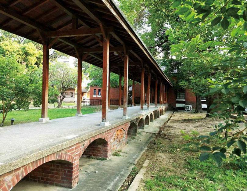 「力行校區」連接各棟建築的簷廊形式不盡相同,此座的下方還設計成拱形墩。(圖/高靜玉攝)