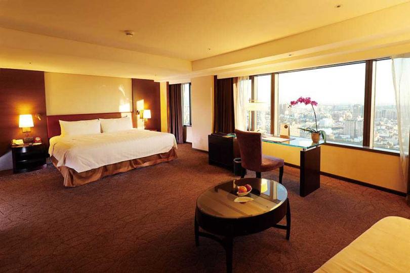 香格里拉台北遠東國際大飯店的高樓層客房,能飽覽台南市區美景。(圖/于魯光攝)