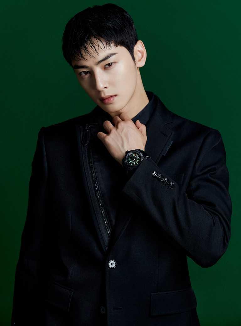 韓國團體ASTRO成員車銀優,佩戴BVLGARI「Octo Roma Tourbillon Saphir」水晶陀飛輪腕錶,為《BVLGARI COLORS寶格麗色彩》特展演繹綠色主題。(圖╱BVLGARI提供)