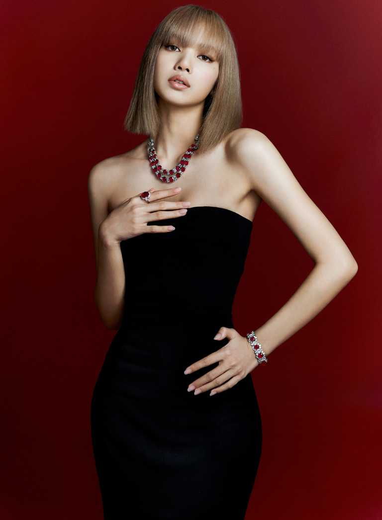 LISA佩戴BVLGARI「Heritage典藏」系列頂級紅寶石與鑽石項鍊,為《BVLGARI COLORS寶格麗色彩》特展演繹紅色主題。(圖╱BVLGARI提供)