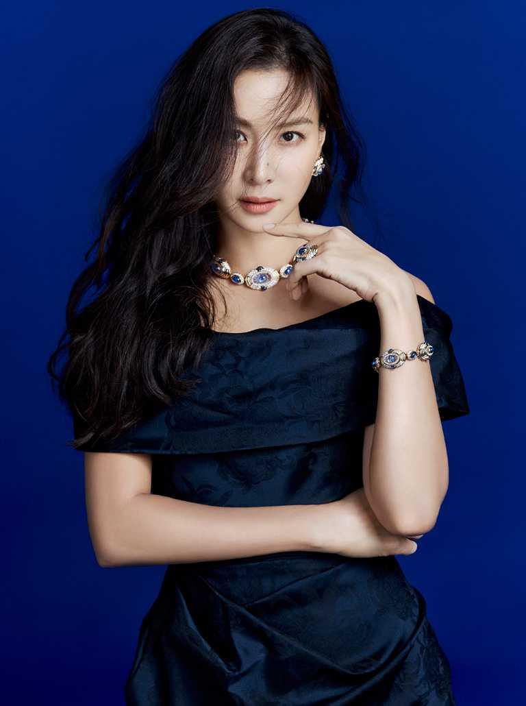 韓國女星高素榮,佩戴BVLGARI「Heritage典藏」系列頂級藍寶石、水晶與鑽石項鍊,為《BVLGARI COLORS寶格麗色彩》特展演繹藍色主題。(圖╱BVLGARI提供)