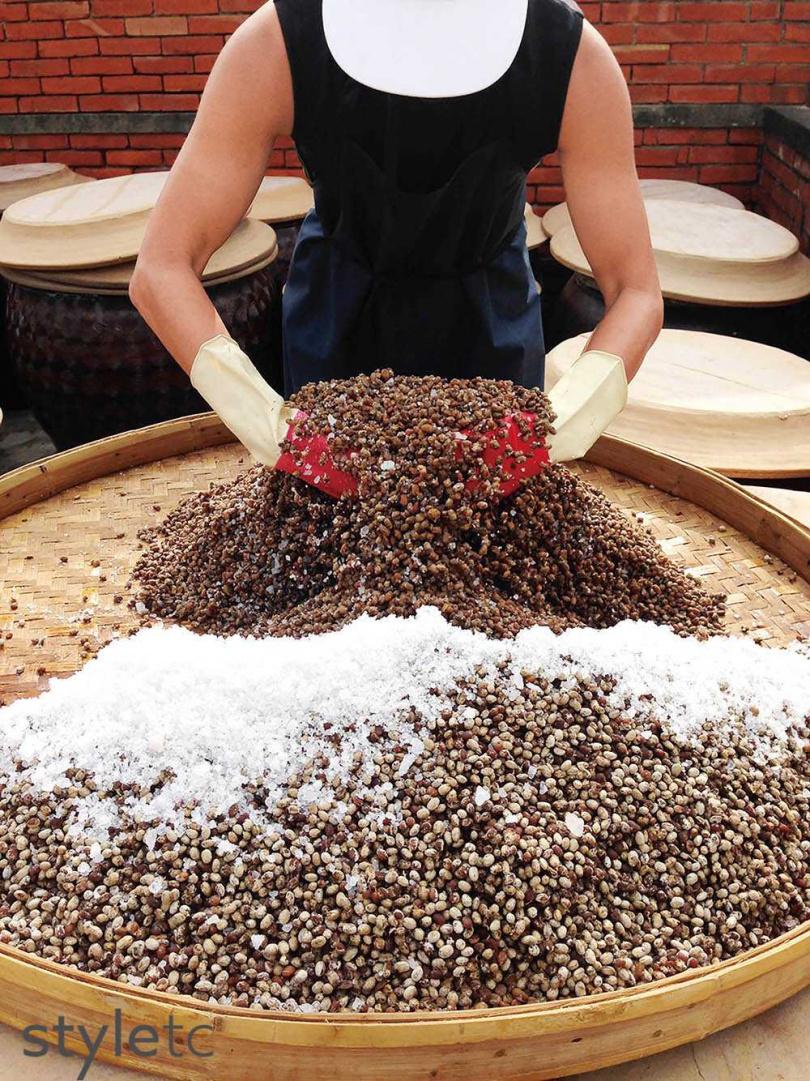 將豆子鋪上粗鹽入甕,可以帶出醬油的鹹香並達到防腐功能。(圖/品牌提供)