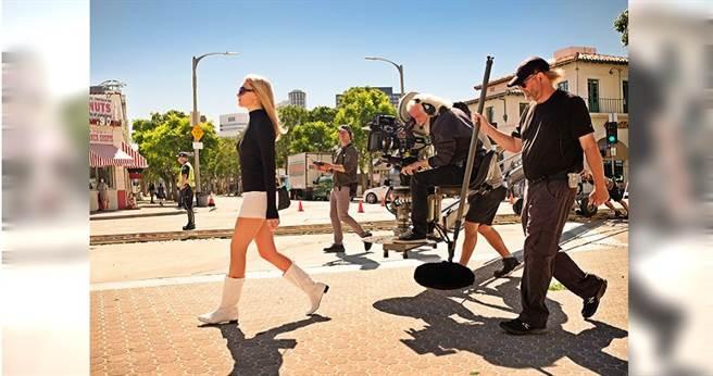 瑪格羅比在《從前,有個好萊塢》的拍攝現場。(圖/華映提供)