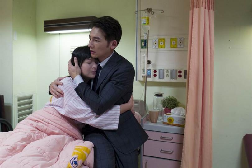 溫昇豪(右)劇中與李依瑾愛的抱抱。(圖/華視提供)