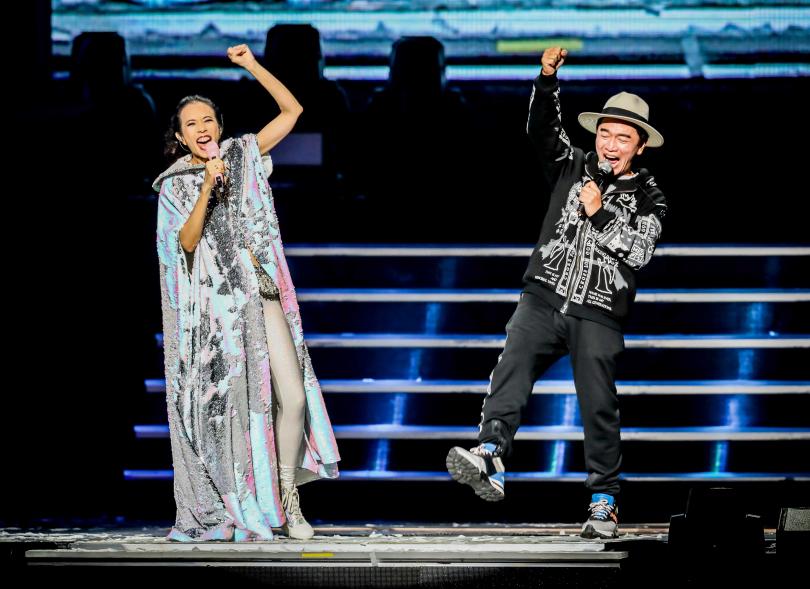 吳宗憲(右)日前擔任莫文蔚演唱會嘉賓,被讚幽默風趣外,歌喉更是一級棒。(攝影/張祐銘)