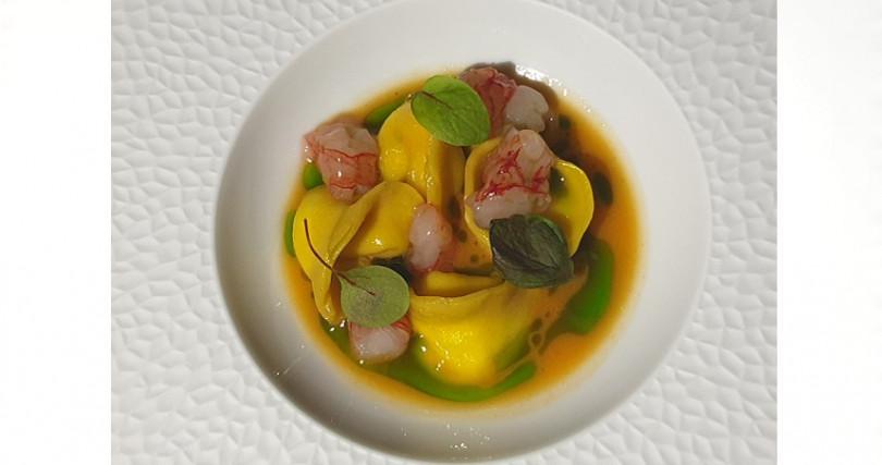 瑞可塔起士麵餃、紅蝦、慕斯卡白酒濃湯。(圖/台北文華東方酒店提供)