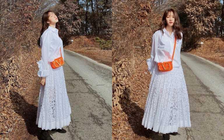 李聖經在個人IG上傳身著Valentino 2020春夏新裝的氣質美照,引起粉絲激讚。短版的寬袖落肩剪裁襯衫,讓身形更顯纖細,搭配鏤空蕾絲長裙,展現清新脫俗氣息。(圖/翻攝自ig)