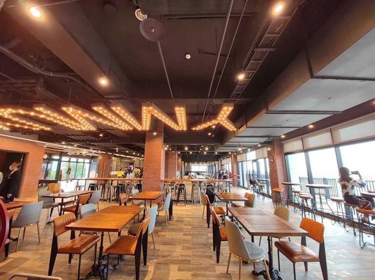 打造輕工業風的早餐餐廳,面積遼闊,同樣直接面對賽車場。