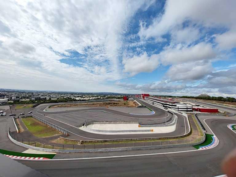 從房間可以眺望賽車場風貌,遼闊視野堪稱景觀第一排。