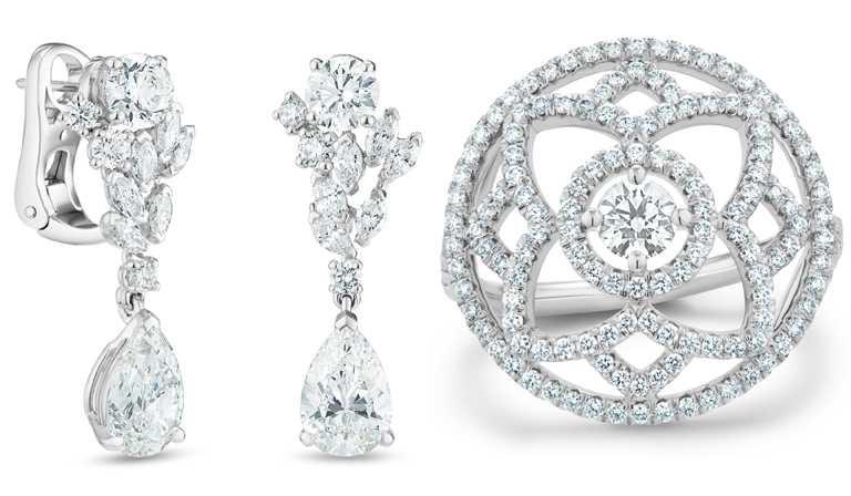(左)DE BEERS「London by De Beers」高級珠寶系列「Thames Path」梨型鑽石吊墜耳環╱6,650,000元;(右)「Enchanted Lotus」18K白金鑽石雞尾酒戒指╱212,000元。(圖╱DE BEERS提供)