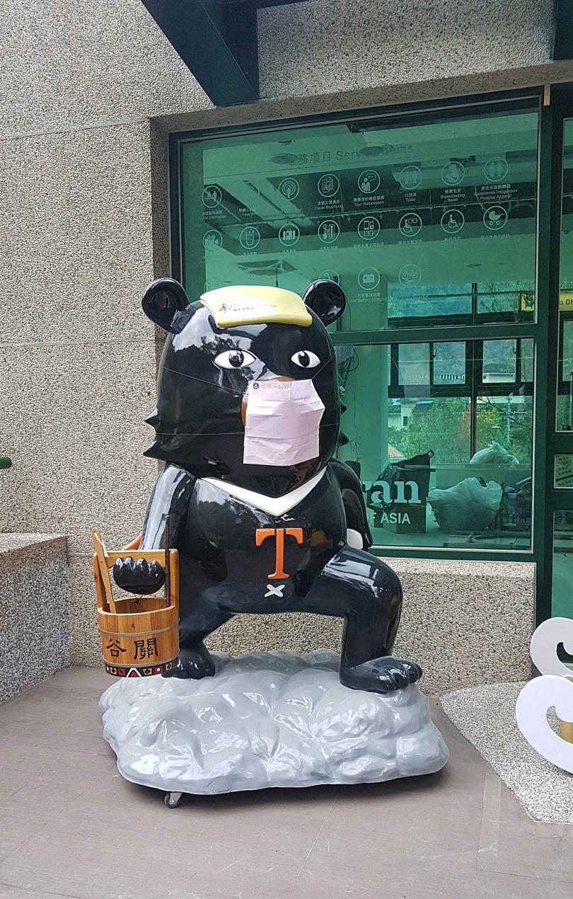 台灣觀光代表「喔熊」公仔不只推廣泡湯,還提醒防疫期間要記得戴口罩。(圖/于魯光攝)