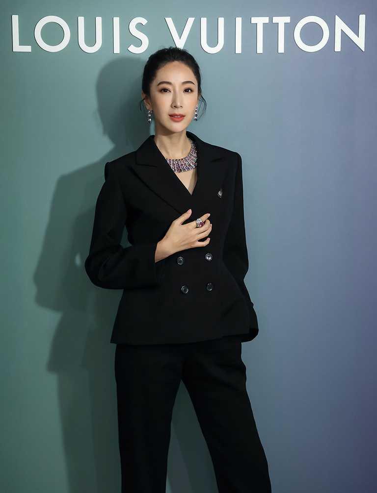 女星隋棠佩戴路易威登「Stellar Times」高級珠寶系列,宛如萬花筒般色彩繽紛的「Interstellaire」套組作品。(圖╱LOUIS VUITTON提供)