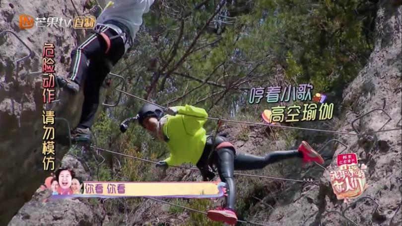 節目《我最愛的女人們》裡鍾麗緹不顧在深山中攀岩走鋼索的危險,還在鋼索上大秀瑜珈動作。(圖/翻攝自芒果TV Youtube)