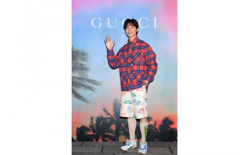 紅藍格紋棉衫/61,000元、米奇印花短褲/37,500元、Ultrapace系列運動鞋/28,700元、G-Timeless腕錶/38,000元、Gucci Garden 戒指/16,700元、Gucci Marmont 項鍊/25,400元。(圖/品牌提供)
