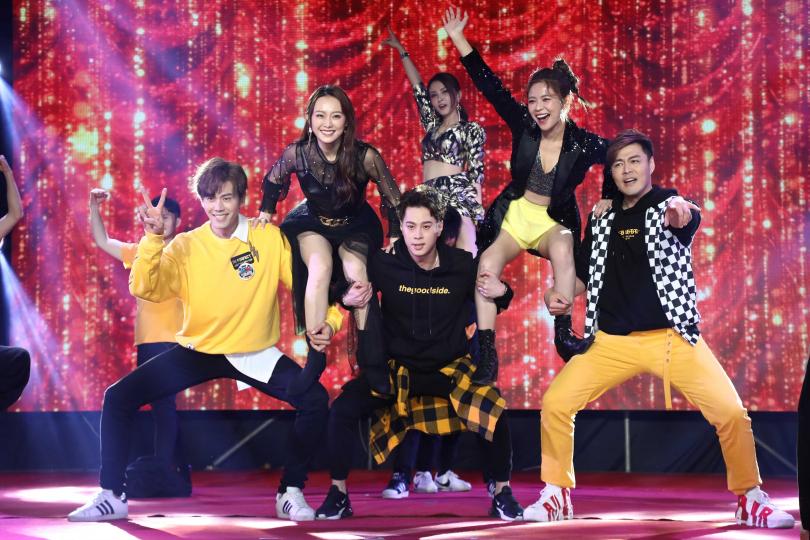 《炮仔聲》演員群上台表演。(圖/彭子桓攝)