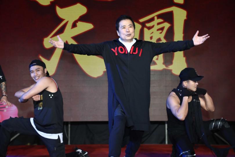 張榮華為了尾牙舞蹈苦練多時,看他跳得游刃有餘,十足的老當益壯。(圖/彭子桓攝)