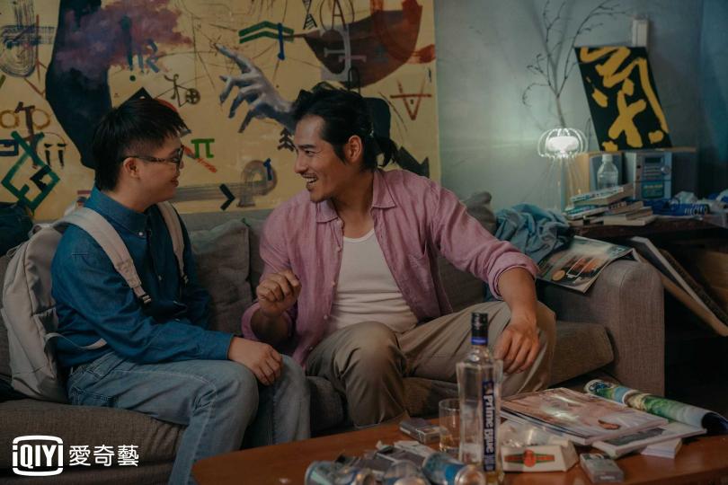 藍正龍(右)身為導演,大膽以唐氏症寶寶蔡佳宏擔綱男主角,透過許多關心和耐心教導他。(圖/愛奇藝提供)