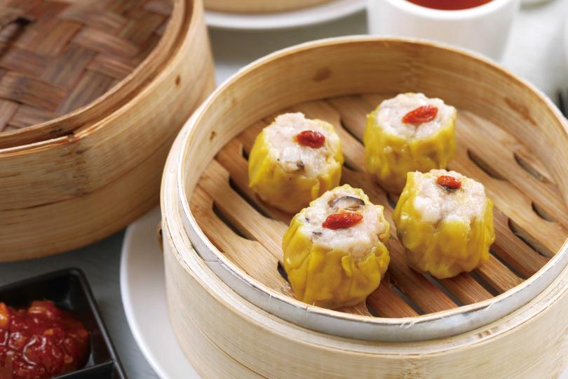 鮮香而嫩彈飽滿的「鮮蝦燒賣皇」,口口滿足。(12入,原價415元,防疫價288元)(圖/于魯光攝)