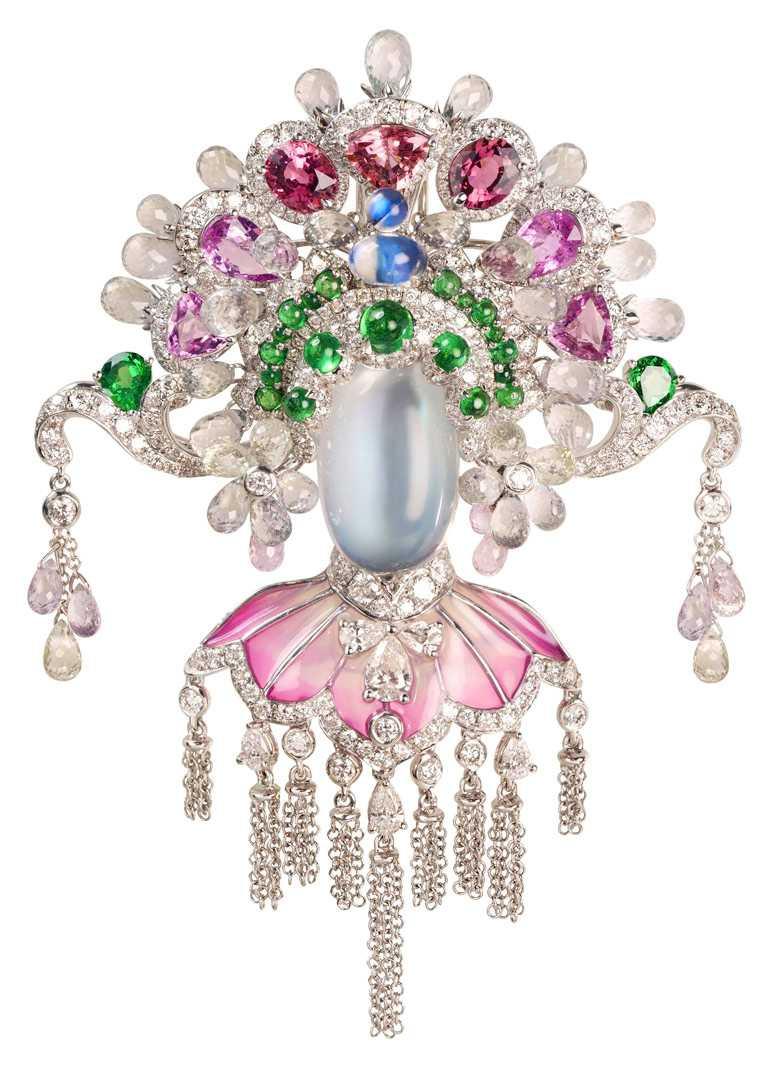 JHENG Jewellery「眾生臉譜系列」月光石臉譜╱18K白金,月光石、碧璽、彩剛、沙弗萊石、白鑽與梨形切割鑽石╱968,000元。(圖╱JHENG Jewellery提供)