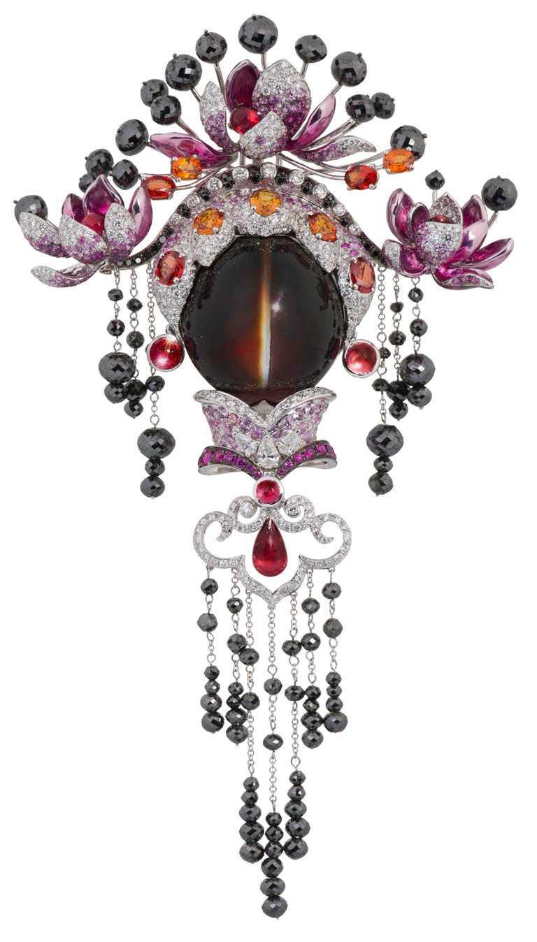 JHENG Jewellery「眾生臉譜系列」貓眼水晶臉譜╱18K白金,貓眼水晶、黃寶、碧璽 、彩剛、黑鑽、白鑽、玫瑰車工與梨形切割鑽石╱1,738,000元。(圖╱JHENG Jewellery提供)