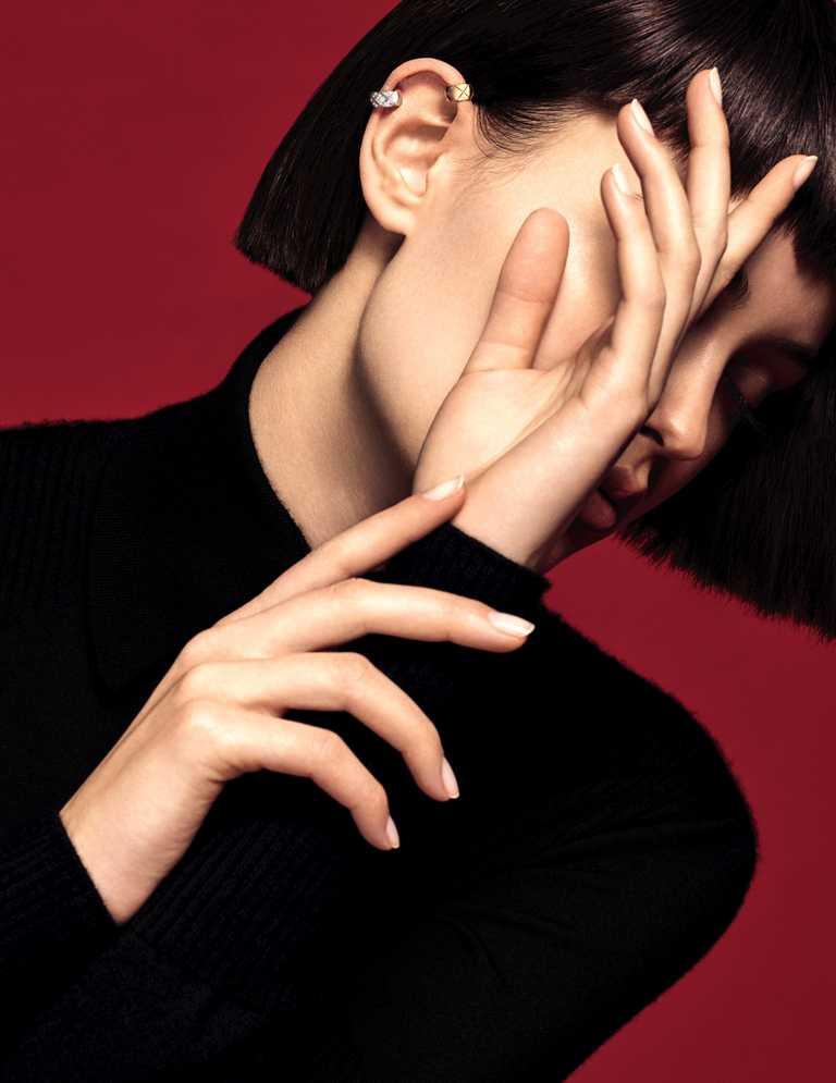 將CHANEL「COCO CRUSH」耳環作為身上唯一佩戴的珠寶,演繹鮮明性格。(圖╱CHANEL提供)