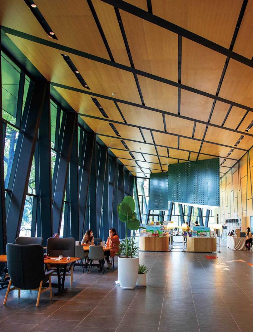 「屏東縣立圖書館總館」大廳挑高3層樓,引進自然光,讓視野更加開闊。(圖/宋岱融攝)