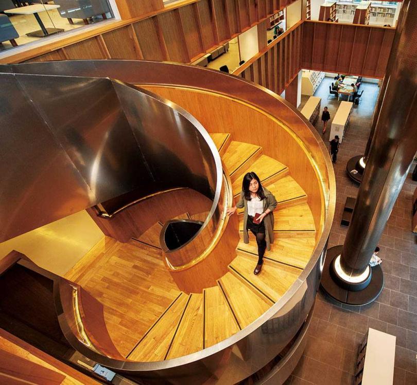 館內唯美的旋轉梯,讓圖書館增添不一樣的風景。(圖/宋岱融攝)