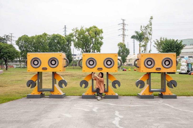 可愛的機器人排排站,還可以當作椅子小憩。(圖/宋岱融攝)