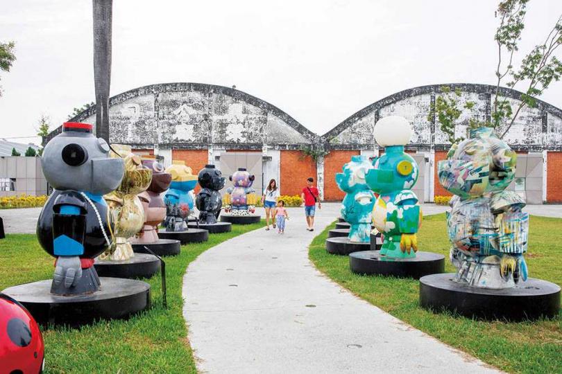 來到「台糖縣民公園」,眼前可見大型藝術公仔「Lucas去旅行」分列兩旁,迎接入園旅客。(圖/宋岱融攝)