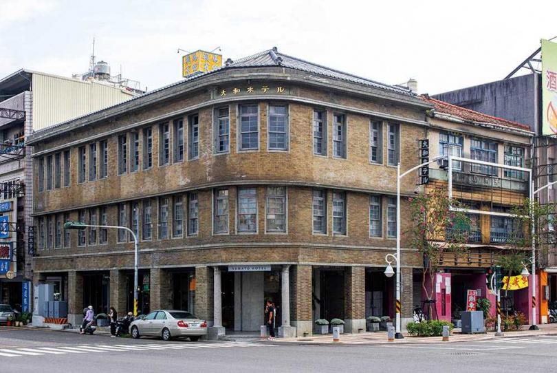 前身為「大和旅社」的「驛前大和咖啡館」,除了已開放的一樓咖啡館,也讓人期待未來二、三樓空間會有何種全新變化。(圖/宋岱融攝)