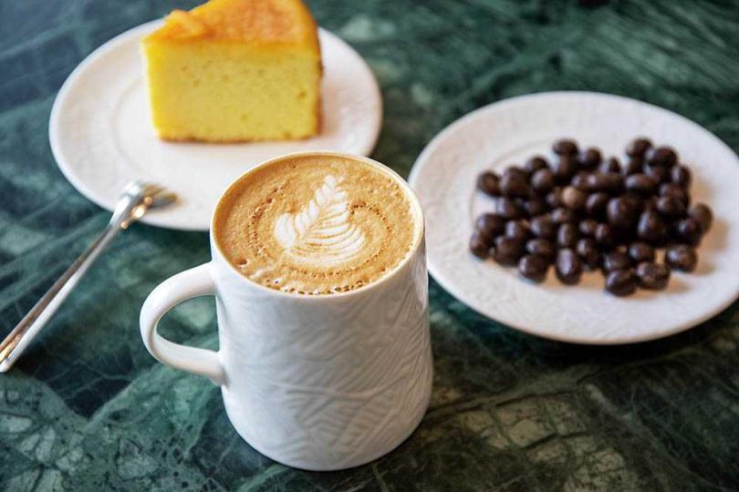 「浦姜花蜜咖啡拿鐵」富有花香與熱帶水果香氣,搭配清雅的浦姜花蜜,咖啡喝來溫醇滑順。(140元/杯)(圖/宋岱融攝)