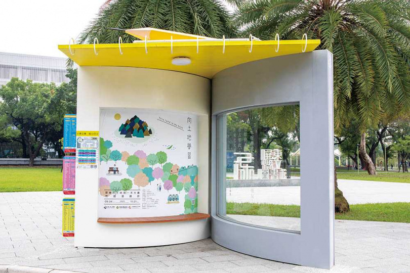 打造成大型書本的公車站,讓人倍感驚喜。(圖/宋岱融攝)