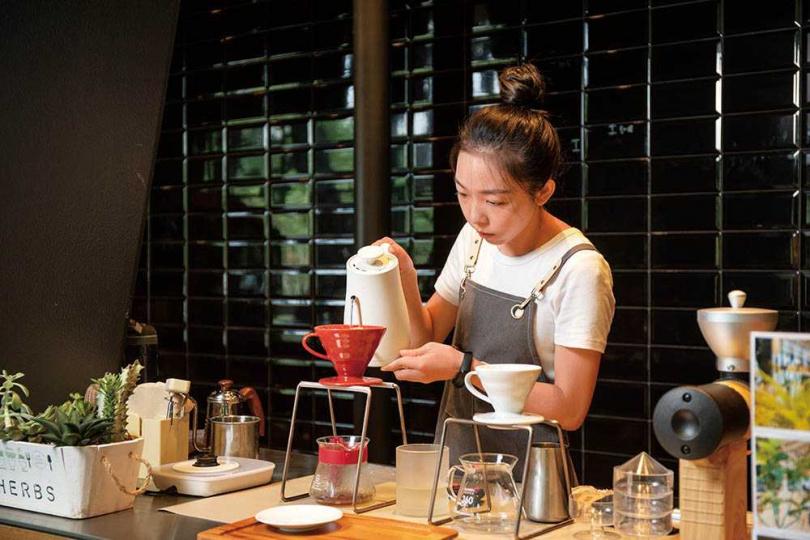 「台灣藤枝自家Anika」選自春若自家栽種的咖啡豆,帶有茶香、黑醋栗與紅肉李等風味。(250元/杯)(圖/宋岱融攝)