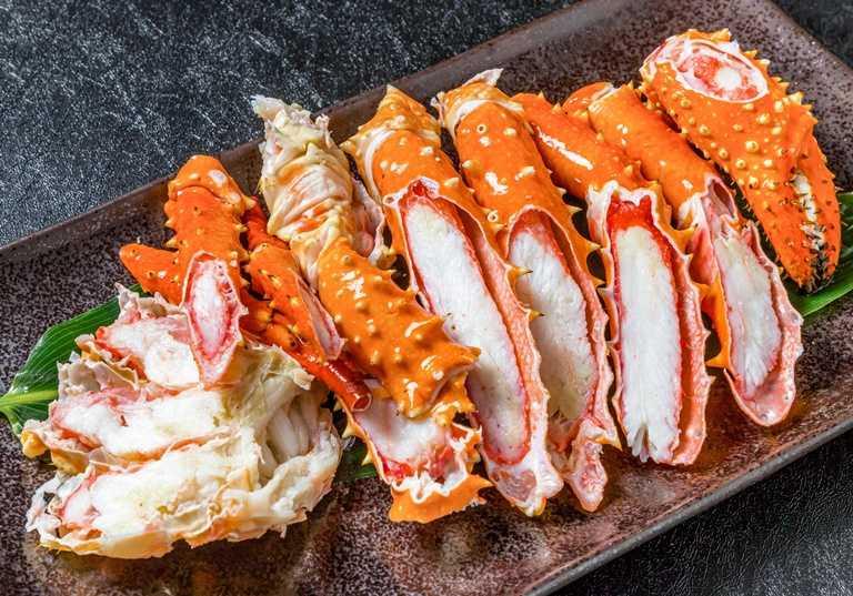 在「頂鮮」活帝王蟹可做三吃。